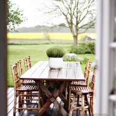 จัดโต๊ะกินข้าว นอกบ้าน ใกล้สวนสวย