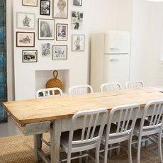 แต่งห้องอาหารที่มีโต๊ะไม้เก่าๆ