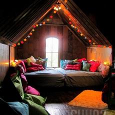 แต่งห้องนอนด้วยโคมไฟลูกบอลและผ้าไหมหลากสี