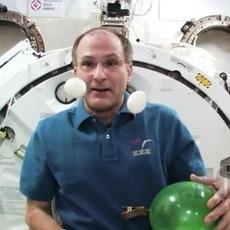 ดีดตุ๊กตา Angry Birds ในสถานีอวกาศ