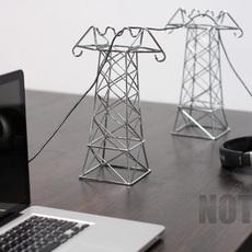 ดัดลวดเป็นเสาไฟฟ้า แขวนสายไฟบนโต๊ะทำงาน