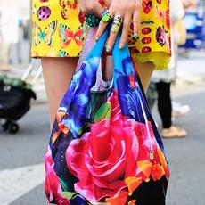 กระเป๋ากระโปรงลายดอกสีสดที่เข้ากันได้อย่างน่าตกใจ