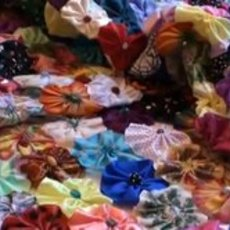 สิ่งประดิษฐ์ จากเศษผ้าเหลือใช้ (ดอกหลายดอกเย็บรวมกัน)