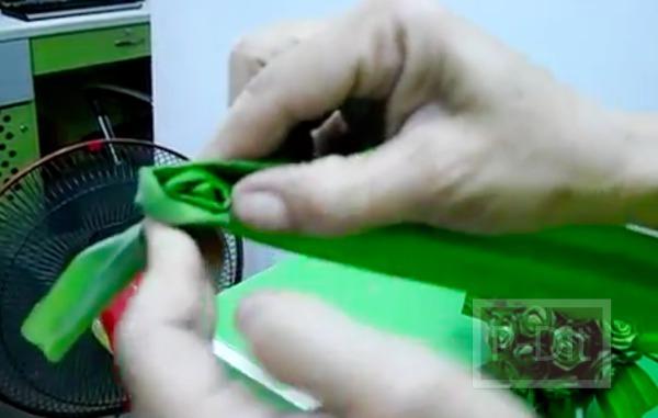 รูป 4 วิธีประดิษฐ์ดอกกุหลาบ จากใบเตย