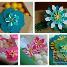 ดอกไม้เล็กๆ ติดกล่องของขวัญด้านหน้า