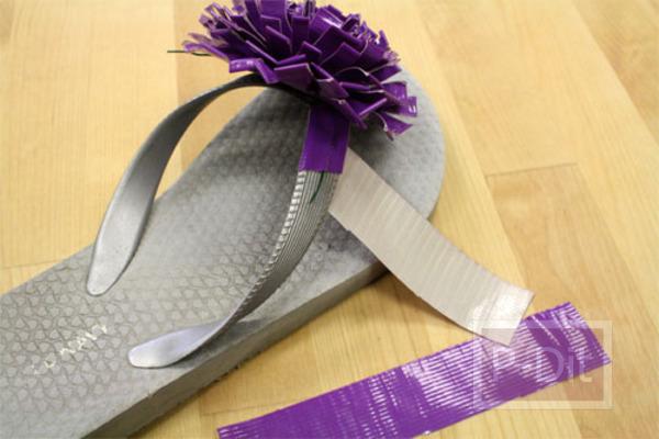 รูป 6 ตกแต่งรองเท้าแตะ ด้วยสก็อตเทปสี ทำเป็นดอกไม้