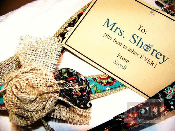 รูป 2 ตกแต่งสายห้อยบัตรพนักงาน ให้มีลวดลายจากผ้า