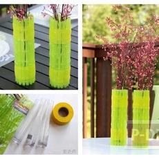 แจกันดอกไม้สวยๆ หุ้มด้วยหลอดสีเขียว