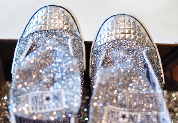 รูป 6 รองเท้าผ้าใบ ตกแต่งสวยๆ ด้วยกากเพชร