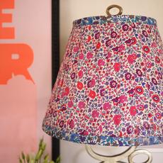 โคมไฟตั้งโต๊ะ ตกแต่งใหม่ ด้วยผ้าลายดอก