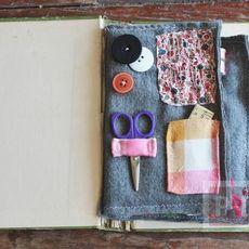 ปกหนังสือเก่าๆ นำมาใส่อุปกรณ์เย็บผ้า