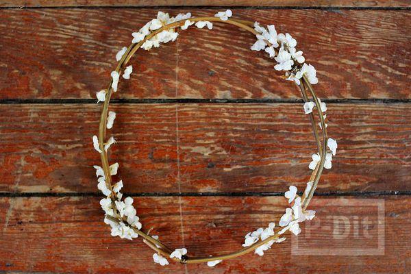 รูป 4 มงกุฎดอกไม้ ทำจากดอกไม้เล็กๆสีขาว