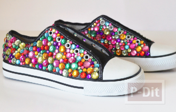 รูป 1 รองเท้าผ้าใบ ตกแต่งลายสวย สีสดใส