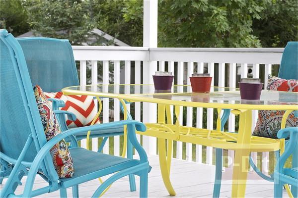 พ่นสีโต๊ะสีทึบ ในสวนหลังบ้าน ให้สีสวยสดใส น่านั่ง