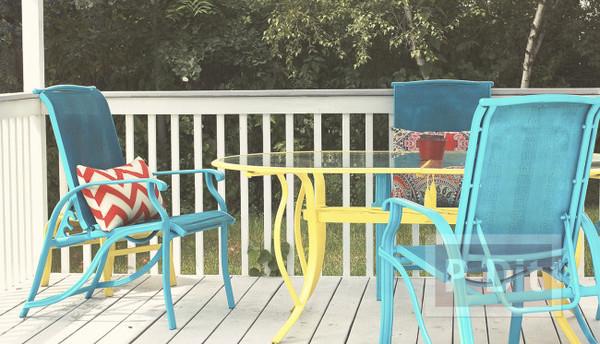 รูป 3 พ่นสีโต๊ะสีทึบ ในสวนหลังบ้าน ให้สีสวยสดใส น่านั่ง