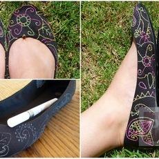 รองเท้าคู่ใหม่ ตกแต่งสวย เย็บด้วยด้ายสีสดใส