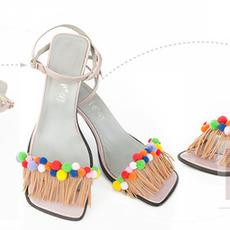 รองเท้าคู่สวย นำมาตกแต่ง ประดับปอมๆ