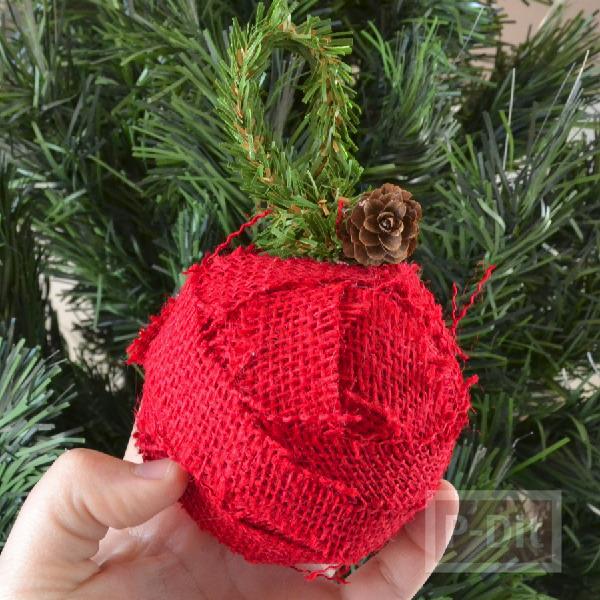 รูป 1 ลูกบอลสีแดง ประดับต้นคริสต์มาส ทำจากโฟมและเศษผ้า