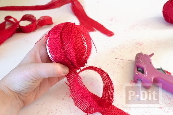รูป 5 ลูกบอลสีแดง ประดับต้นคริสต์มาส ทำจากโฟมและเศษผ้า