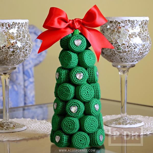 รูป 1 ต้นคริสต์มาส ทำจากฝาขวดและแกนกระดาษ