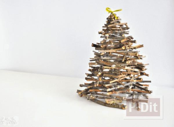 ต้นคริสต์มาส ทำจากกิ่งไม้