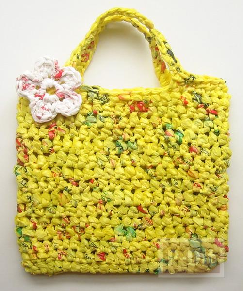 รูป 1 กระเป๋าถือ ถักจากถุงพลาสติก