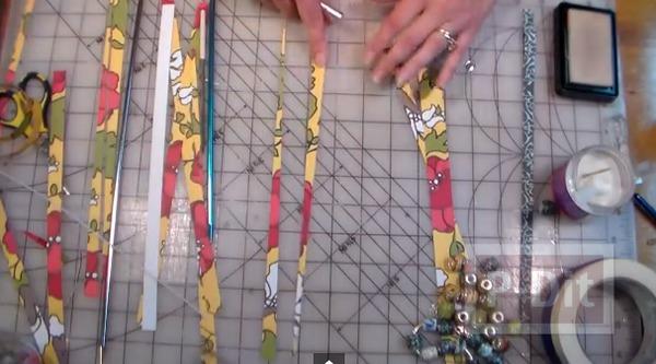 รูป 2 ประดิษฐ์ลูกปัด จากเศษกระดาษสีสวย