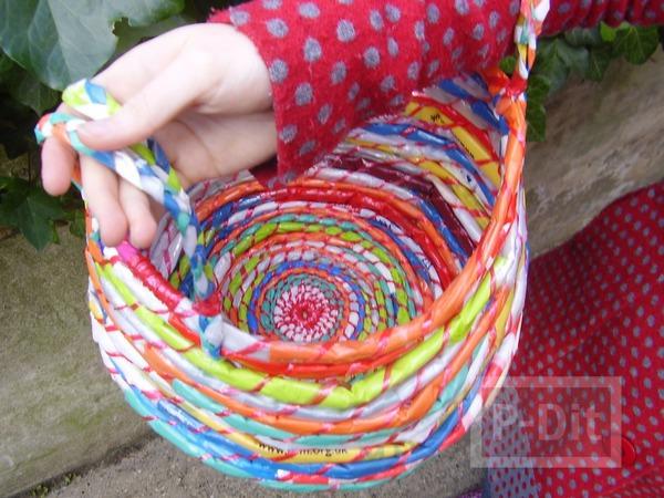 รูป 1 กระเป๋าใส่ของสีสด ทำจากถุงพลาสติก