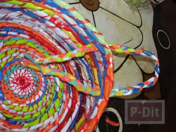 รูป 6 กระเป๋าใส่ของสีสด ทำจากถุงพลาสติก