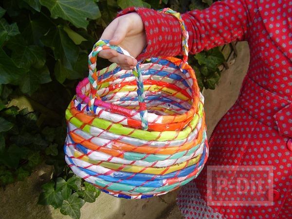 รูป 7 กระเป๋าใส่ของสีสด ทำจากถุงพลาสติก