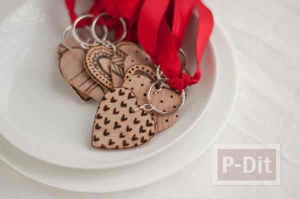 รูป 1 พวงกุญแจหัวใจ ทำจากแผ่นไม้