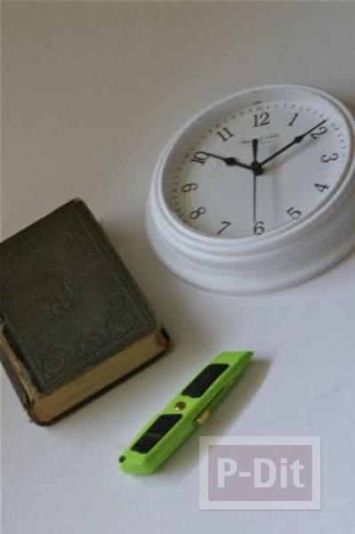 รูป 2 นาฬิกาตั้งโต๊ะ ประดับหนังสือเล่มเก่า