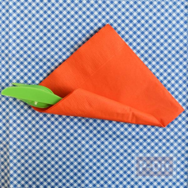 รูป 5 ห่อช้อนกินข้าว รูปแครอท ด้วยกระดาษทิชชู