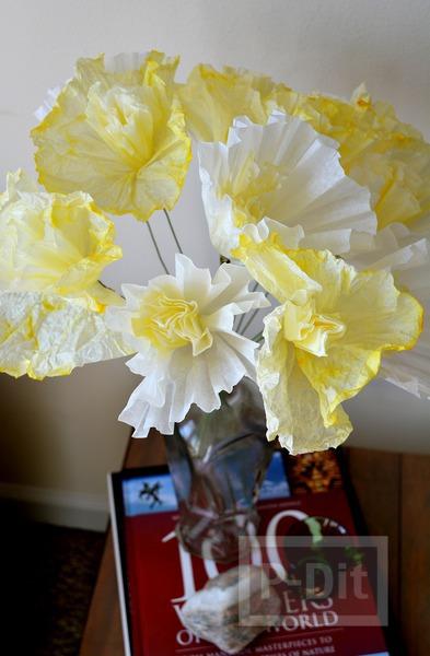 รูป 1 ดอกไม้กระดาษ ทำจากถ้วยคัพเค้ก ย้อมสี