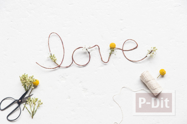 รูป 1 เขียนคำว่ารัก ผ่านเชือกเส้นเล็กๆ ประดับดอกไม้