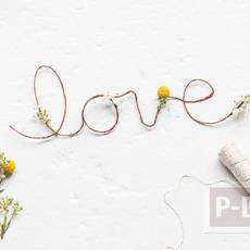 เขียนคำว่ารัก ผ่านเชือกเส้นเล็กๆ ประดับดอกไม้