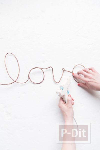 รูป 3 เขียนคำว่ารัก ผ่านเชือกเส้นเล็กๆ ประดับดอกไม้