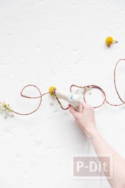 รูป 5 เขียนคำว่ารัก ผ่านเชือกเส้นเล็กๆ ประดับดอกไม้