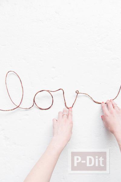 รูป 6 เขียนคำว่ารัก ผ่านเชือกเส้นเล็กๆ ประดับดอกไม้