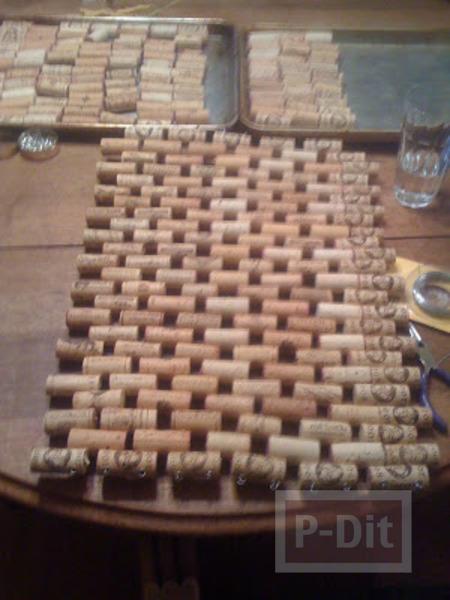 รูป 2 พรมเช็ดเท้า ทำจากฝาขวดไวน์ (จุกก็อก)