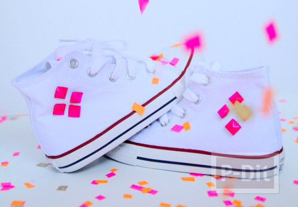รองเท้าผ้าใบ ประดับหมุดหนาม สีสด
