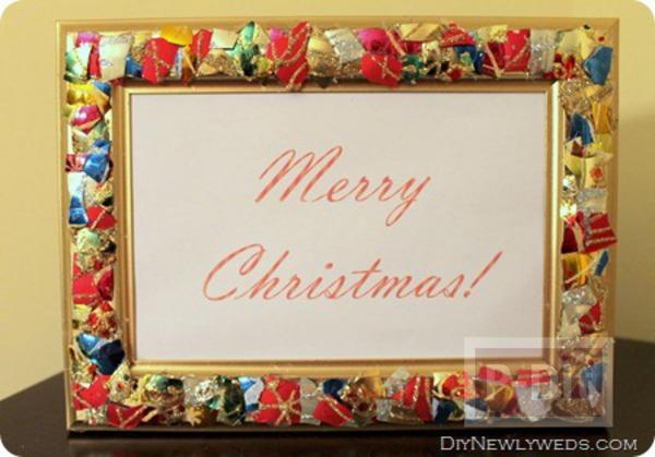 กรอบรูป ตกแต่ง ด้วยของประดับต้นคริสต์มาสเก่าๆ