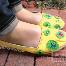 รองเท้าสีสด ตกแต่งด้วยไหมพรมประดับคริสตัล