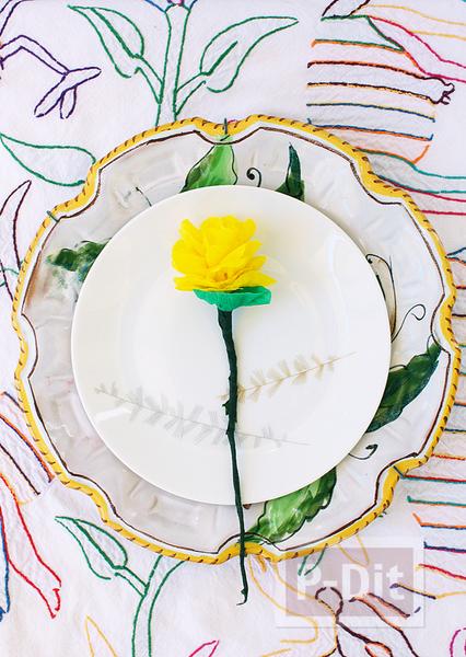 รูป 2 ดอกไม้สีสวย ทำจากกระดาษย่น