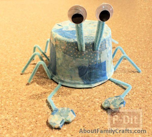 รูป 3 ปูสีฟ้า ทำจากที่ใส่โยเกิร์ต