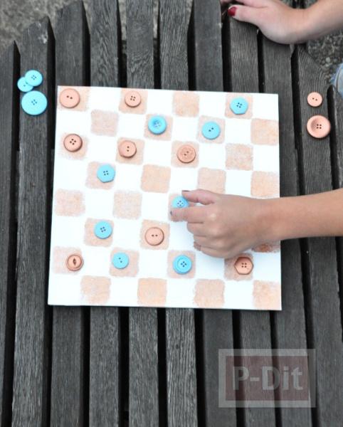 รูป 4 กระดานหมากรุก ทำจากแผ่นไม้เก่าๆ กระดุมพ่นสี