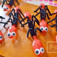 มดตัวเล็กๆ ทำจากช้อนสีแดงสดใส