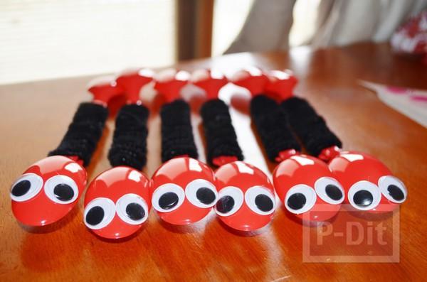 รูป 5 มดตัวเล็กๆ ทำจากช้อนสีแดงสดใส