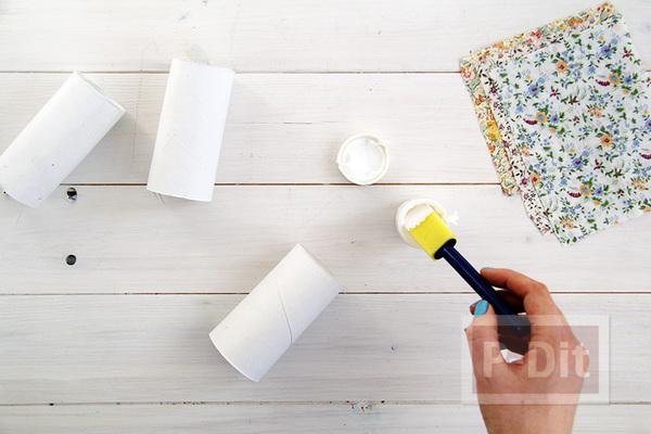 รูป 7 ห่อกระดาษสีสวย กับแกนกระดาษทิชชู ผูกโบว์