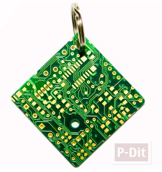รูป 1 พวงกุญแจ ทำจากชิ้นส่วน คอมพิวเตอร์ เก่าๆ